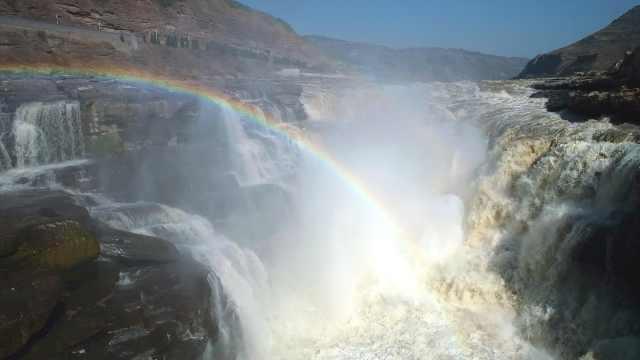黄河壶口瀑布再现彩虹戏水,游客打卡围观桃花汛