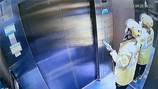 """外卖小哥被困电梯,联系顾客""""求谅解""""后才想起报警"""