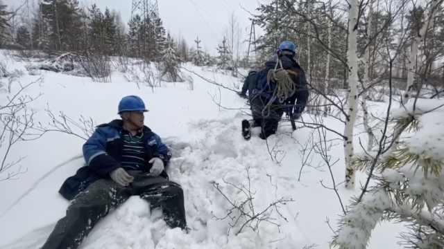 真正的爬山!大雪致供电故障,运检员雪中爬行检修