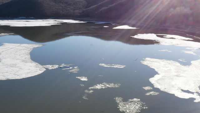 """镜泊湖春季最美景色!冰封5个月的湖面迎来""""文开湖"""""""