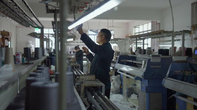 作为宁波服装产业的小齿轮,他扎根这座城,让产品走向世界