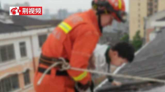 11岁男孩被困20米高楼,消防叔叔来救援
