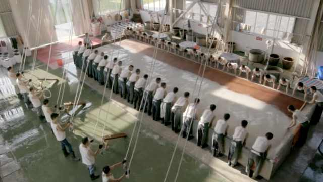 """世界最大手工宣纸""""三丈三"""":60人配合捞纸,一纸万金"""