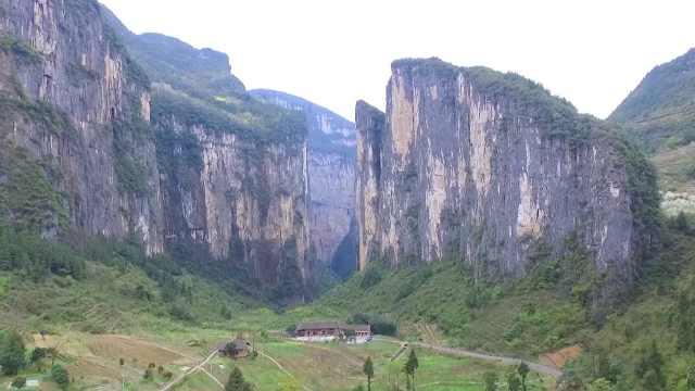 """世界最大""""山门""""在重庆奉节,谷底原始村落已成旅游胜地"""