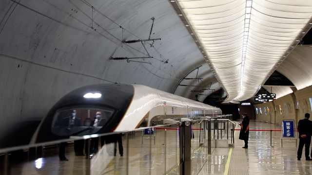 长城脚下的高铁站:创4个全国之最,坐着扶梯直升14层