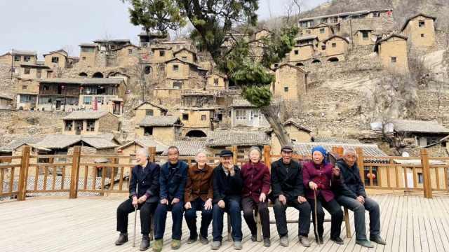 """山西千年古村落依山而建似""""布达拉宫"""",如今仅剩11位老人"""