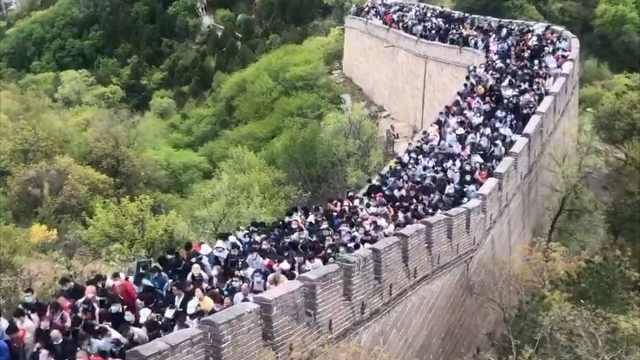 八达岭长城景区发布游客流量红色预警,游客爬到半路直接放弃