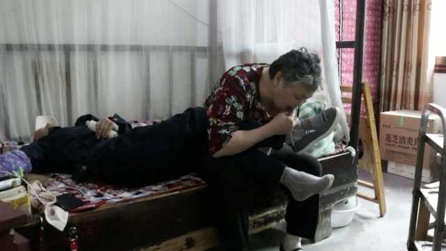 坚强母亲用牙齿帮残疾儿子系鞋带,儿用一根手指敲10万字感恩