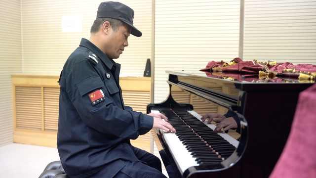 50岁高校保安大叔的隐藏技能:会弹琴爱书法
