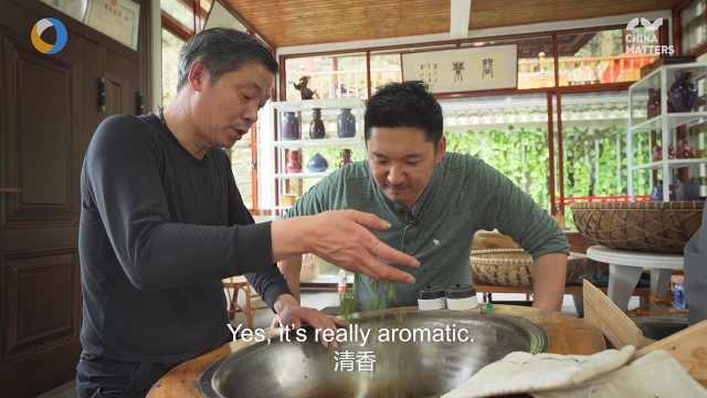 第三只眼看杭州 英国小哥体验200度高温徒手炒茶