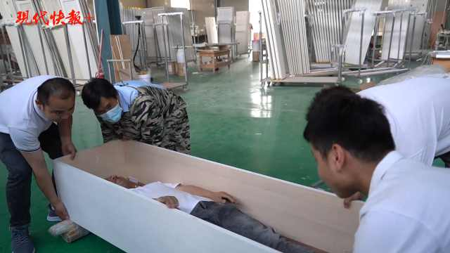 """承包九成日本人""""身后事""""的曹县:工人躺棺材里做质量抽检"""