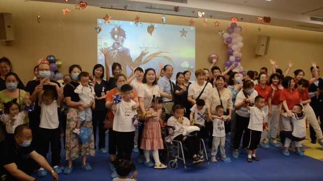 暖! 医院送特殊患儿百余份礼物  望能享受到正常儿童的快乐