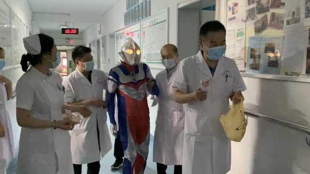 童心未泯!66岁医学教授扮奥特曼查房,为孩子们送礼物庆六一