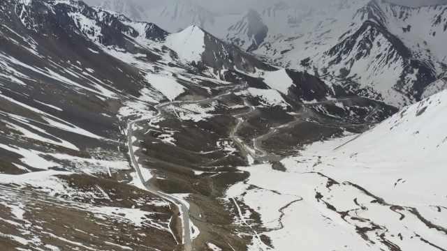 航拍中国最美公路独库公路!部分路段仍被积雪覆盖,暂未通车