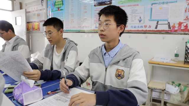 初三男生被大学少年班录取,仍陪同学们备战中考