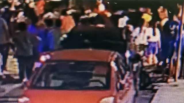 6岁女童斜坡处玩滑板车被卷入车底,30多名街坊火速抬车救人