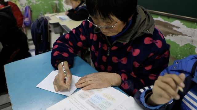 六旬文盲奶奶陪伴脑瘫孙子读书:慢慢学会认字,我要当他的手