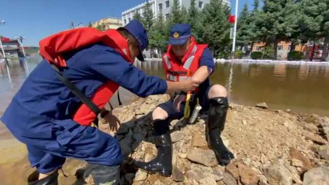 消防员抗洪每天运500沙袋双脚磨出泡,欲推迟婚期望女友理解