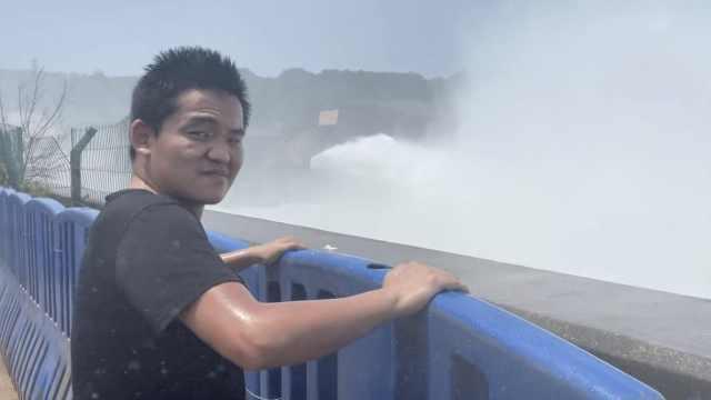 黄河小浪底泄洪似巨龙咆哮,游客浑身湿透大呼壮观