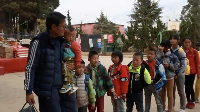 他为孤儿留守儿办学近20年,孩子们把他当爸爸