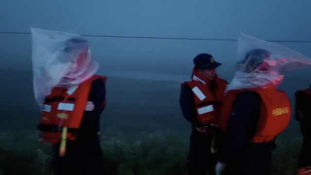 东北消防员自制防蚊神器防叮咬,把装沙子的编织袋套身上