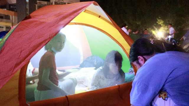 操场秒变露营地!小学毕业季700名学生搭帐篷夜宿操场