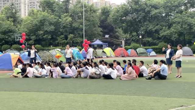小学毕业最后一晚操场上集体搭帐篷露营:留下美好回忆