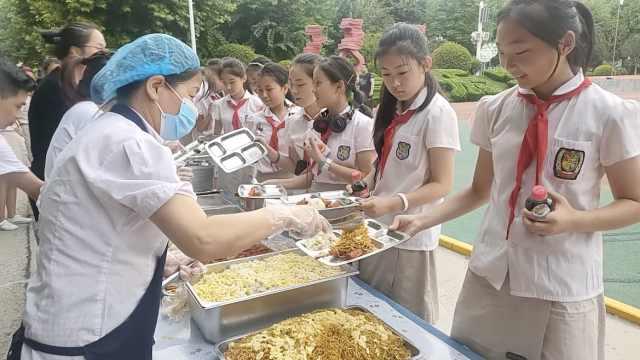 最浪漫小学毕业典礼:给400学生搞冷餐派对,操场搭帐篷数星星