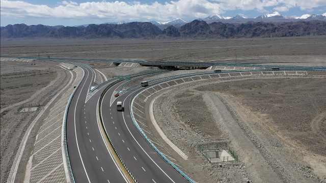自驾游安排上!航拍领略京新高速有多美,穿越近500公里沙漠