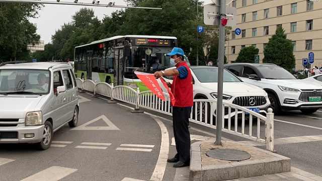 65岁退休老人坚持学雷锋45年,自创打油诗提醒闯红灯路人