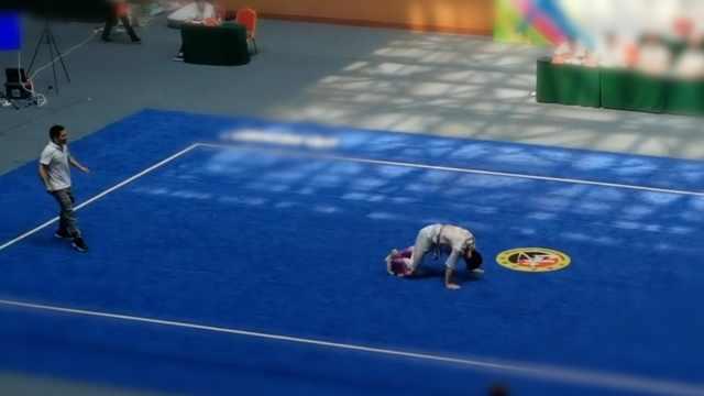 小伙打醉拳倒地工作人员吓得冲上场:太逼真,以为他晕倒