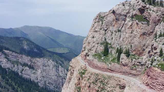 航拍新疆盘山临崖的伊昭公路:每年通4个月,1天可看四季风景