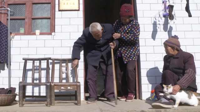 老人抚养无血缘孤儿姐弟,照顾60多年没出过远门
