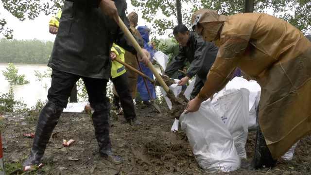 江苏泗洪一挡洪闸门现裂缝致洪水倒灌,百余人连夜冒雨抢救