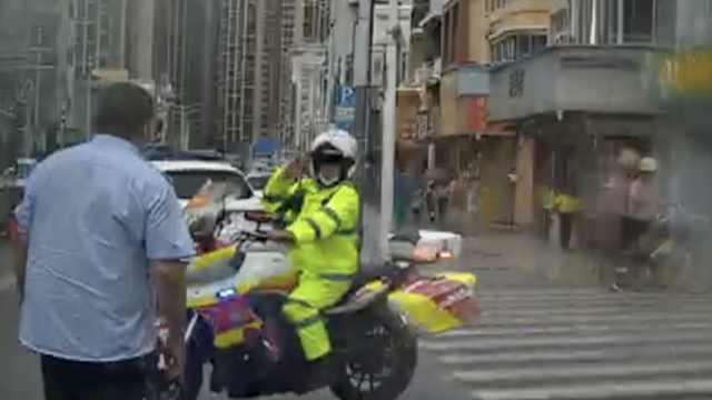 深圳公交司机冒雨疏导交通,交警向其敬礼,过路司机送水致谢