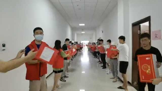 郑州市民排百米长队接力运送救援物资:为抗洪尽一点微薄之力