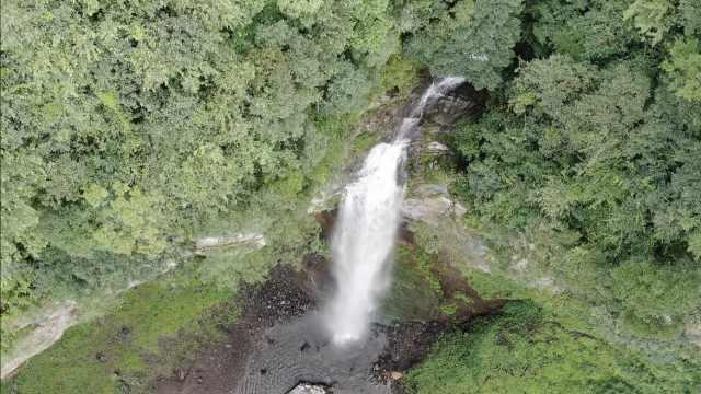 壮观!贵州一乡村公路上方挂瀑布,远看飞流直下如白布飘扬