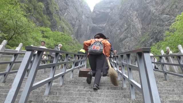 她是天梯上的清洁工,一天爬八千台阶