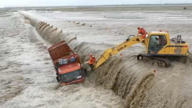 全视角围观营救!大货车冲下桥被困洪流,挖掘机长臂捞出司机