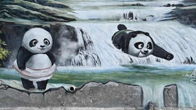 成都现7楼高巨幅熊猫3D彩绘!800米长街边百只跳水爬树萌萌哒