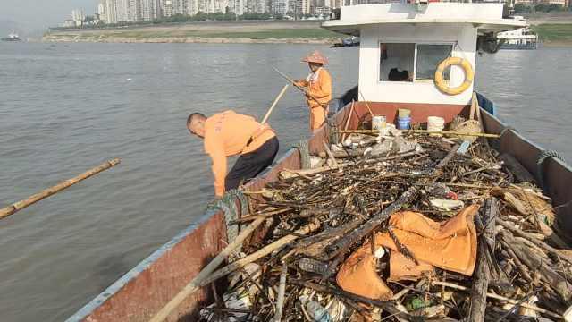 65岁船老板转行当清漂者守护长江:汛期时一天能清理50吨垃圾