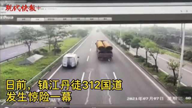 这段视频太惊险!超车道上修车遭大货车追尾,车被撞飞人没事