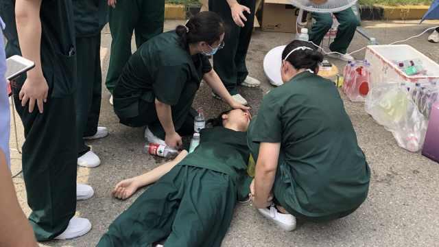 心疼!支援南京女护士高温天入户做核酸,连爬4栋楼中暑晕倒