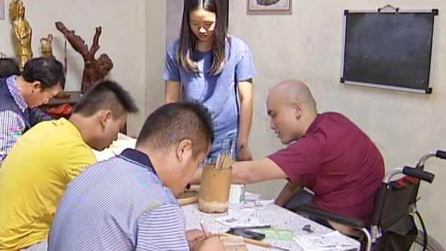 他轮椅上传授技艺,带残疾人学木雕