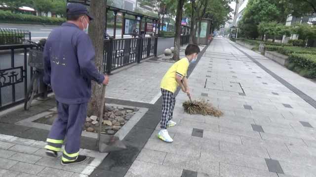 100个夏天|最懂事10后!9岁男孩暑假每天凌晨5点陪爸爸扫马路