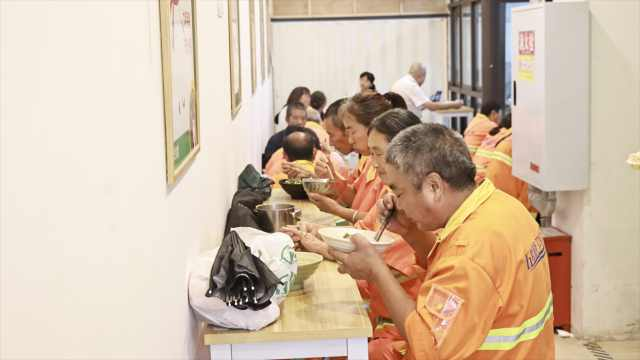 每天3菜1汤有蛋有肉!重庆一公司为20余环卫工提供免费午餐