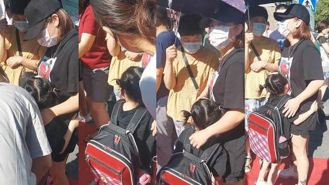 开学季 萌化了!一年级萌娃新生开学哭鼻子折返4次抱住妈妈