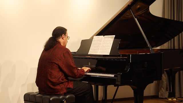 以色列钢琴家用音乐挑战疫情迎接新年