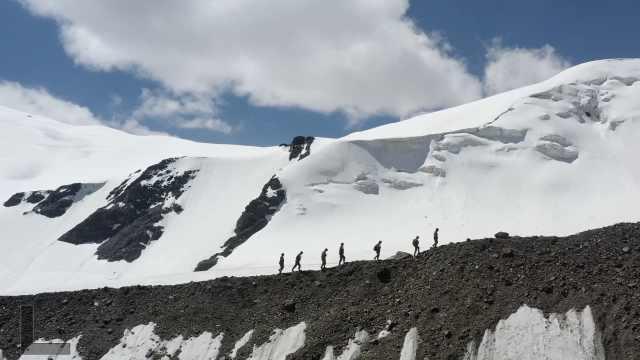 海拔5400米!边防官兵复员前最后1次巡逻雪山,徒步乱石钻冰缝