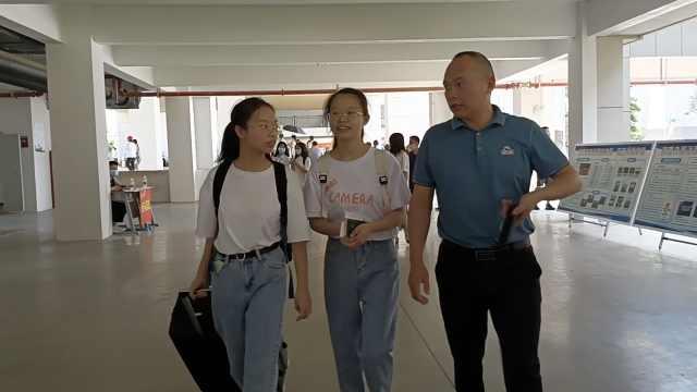 开学季 父亲送双胞胎女儿大学报到,宿舍竟是自己3年前建的